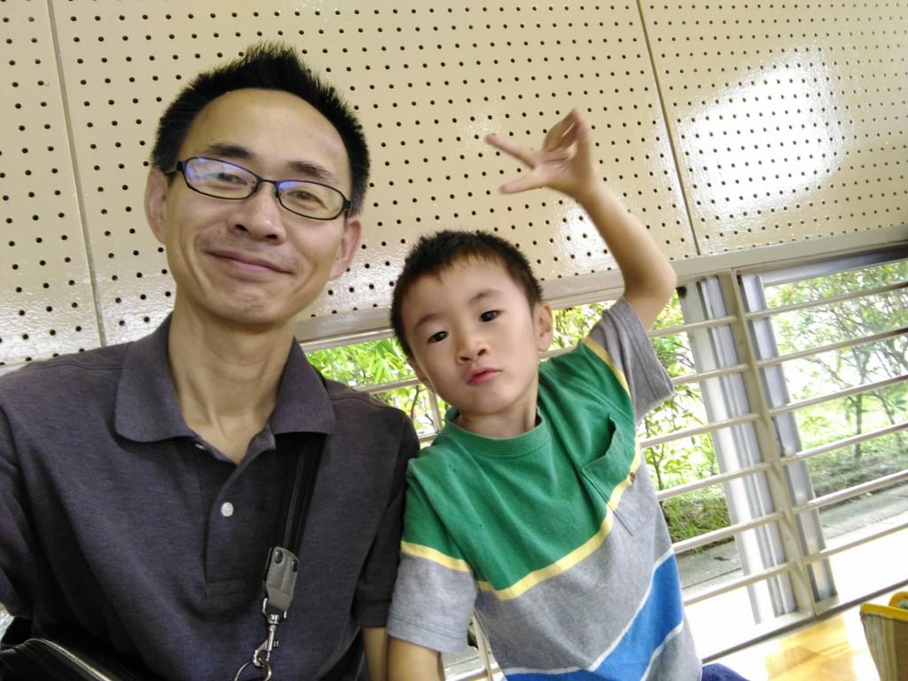 2日前に6歳になったばかりの愛する長男と。25日、長女のミニ運動会にて